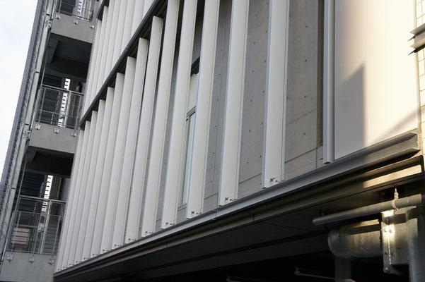 新宿労働総合庁舎(東京都); 2013年6月設置 ; アルティマ防鳥ワイヤー/支柱UBS-T0(ビス用)