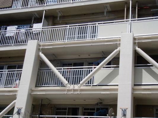 東京都足立区(都営住宅)耐震改修工事;2011年3月設置 ;  アルティマ防鳥ワイヤー/支柱UBS-T0(ビス用)