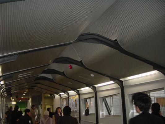 JR駒込駅連絡通路 ; 2009年2月設置 ; アルティマ防鳥ワイヤー