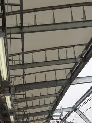 JR横須賀線「武蔵小杉駅」;2010年3月設置 ; 一般形鋼用フランジ部専用支柱