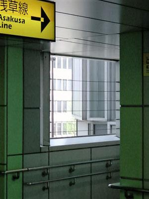 東京都港区(ゆりかもめ新橋駅) ; 2002年12月設置 ; ワイヤーテンド
