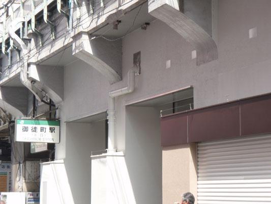 JR東日本 御徒町駅 ;2011年2月設置 ; アルティマ防鳥ワイヤー