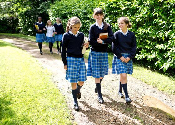 jeunes élèves en uniforme dans un college anglais