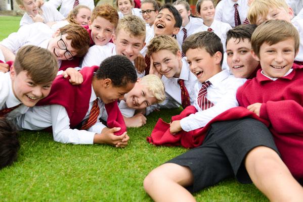 jeunes garçons en uniforme qui s'amusent dans un college anglais