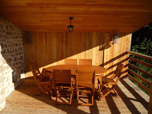 Salon de jardin sur la grande terrasse pour vos repas abrités à l'extérieur