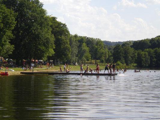Site de la Naute avec étang et baignade surveillée en été