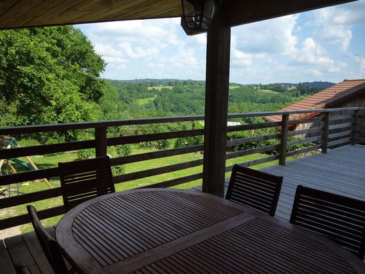 Vue sur la vallée depuis l'espace repas sur la terrasse