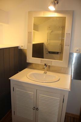 Salle d'eau avec grand miroir