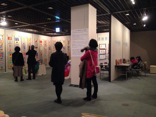 奥に日韓の絵本がゆっくり読めるコーナーもあります。