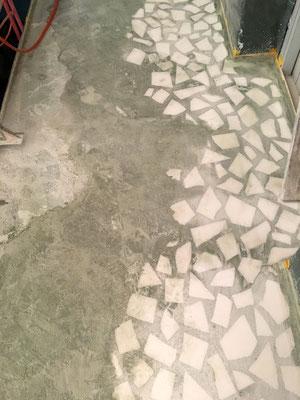 Schicht für Schicht wird der Terrazzo herausgearbeitet