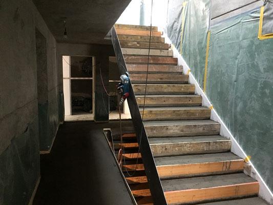 Der Unterlagsboden ist auf Podesten und Treppenläufen fertig.