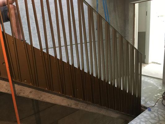Die Staketen laufen neben der Treppe der Wange entlang.
