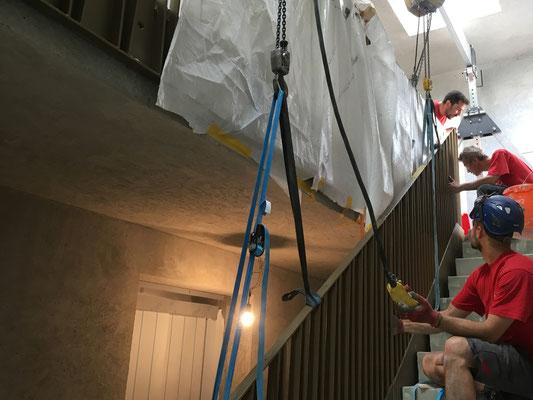 Teamwork: die einzelnen Geländerelemente werden punktgenau montiert.