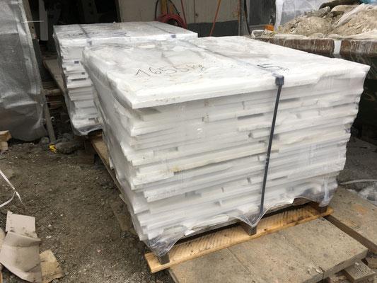 Gut 6 Tonnen weisser Marmor wird als Platten angeliefert.