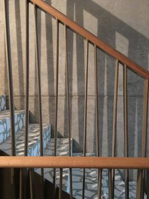 Treppengeländer, Eichenholzhandlauf, Treppenlauf in Terrazzo