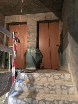 Wohnungstüren mit Eichenholzfurnier weisen den Weg in die Wohnungen