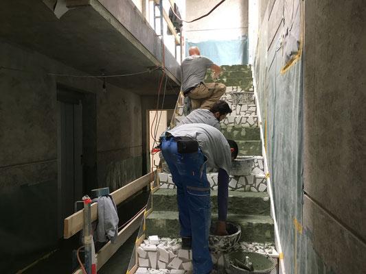 Auch die Treppe ist mit Terrazzo belegt und wird verfugt.