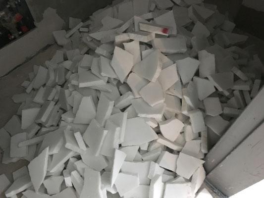 Die Marmorplatten werden von Hand in Stücke passender Grösse zerschlagen.