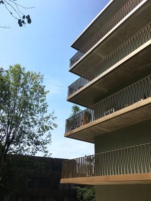 Ecke Ostfassade, Geländer mit integrierter Rinne, Balkonuntersichten in Sichtbeton