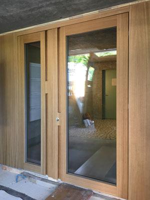 Die Eichenholztür mit Beistoss.