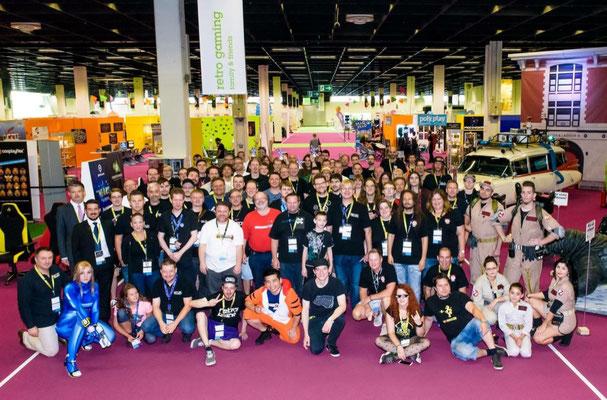 Aussteller Gruppenbild, Männerquatsch Podcast [Sonderfolge #04] Gamescom 2018: Der Retro Rundgang mit allen Ausstellern.