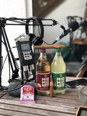 Wir genießen Mio Mio Mate (Ginger / Banane) und Kit Kat Ruby cocoa beans und Don Marco bzw. H.Upmann Habana Cuba - Zigarre im Männerquatsch Podcast #30 (Legendärer Nintendo Automat Sky Skipper, Ruby Schokolade, Das Ende von VIVA TV)