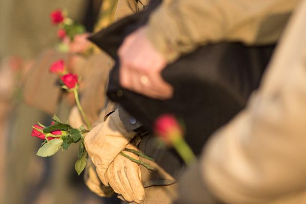 Pünktlich zur Landung der ersten Soldaten an Utah Beach wurden die Rosen in den Sand gesteckt.