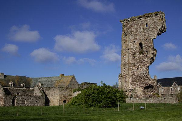Die Schlossruine in Regnéville-sur-Mer kann ebenfalls mit Hund besucht werden