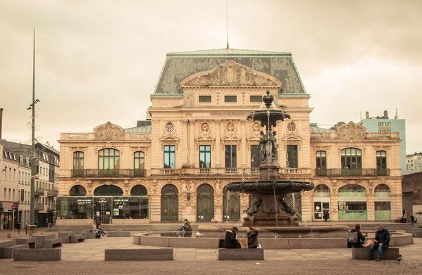 Das Theater zeugt vom einstigen Glanz der Hafenstadt.