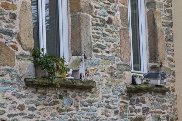 Liebevolle Details an einer Hausfassade.