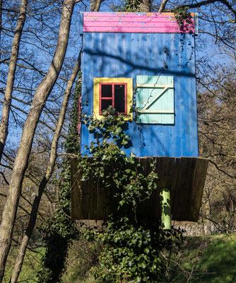 Sehenswert: Der Park Vallon de la Dollee mit seinen auf dem Kopf stehenden Häusern.