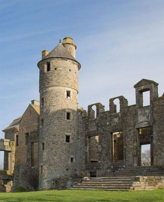 Maroder Charme in der zum Teil wieder aufgebauten Ruine Châteu Gratot