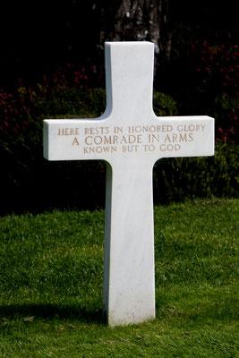 Kreuz eines unbekannten Soldaten in Colleville-sur-Mer.