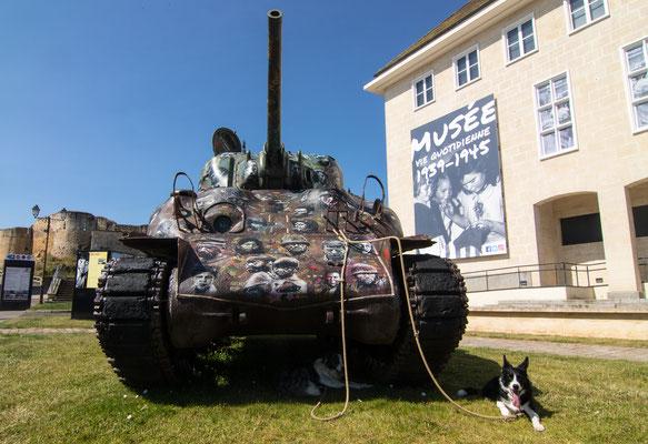 Der Panzer und das Museum erinnern an die zivilen Opfer des Zweiten Weltkriegs