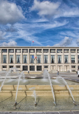 Auch das Rathaus wurde in der für die Stadt typischen Bauweise aus Sichtbeton wieder aufgebaut.