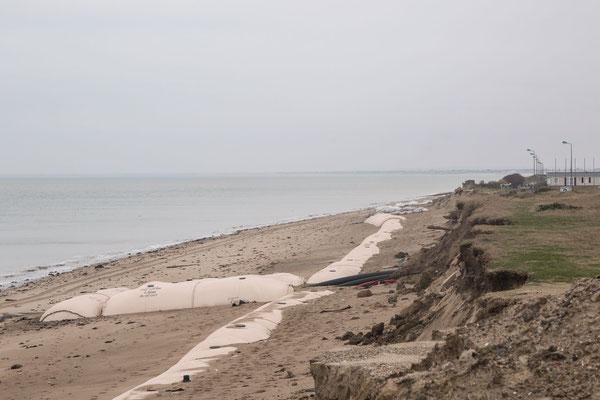 Die Riesensandsäcke konnten das Schlimmste wahrscheinlich verhindern. Allerdings brachen die Dünen hinter der Installation trotzdem ab, an mehreren Stellen gelangte das Meerwasser auf die Straße vor den Campingplätzen in Gouville-sur-Mer.  Januar 2018