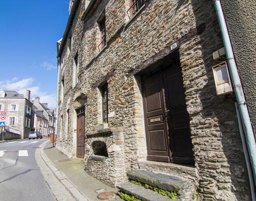 Die meisten alten Häuser findet Ihr in den Straßen Rue Porte au Four und Rue Saint-George.