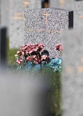 Beeindruckend ist das Gräberfeld für die beim Luftangriff am 6. Juni umgekommenen Zivilisten. Auf vielen Grabsteinen steht inconnu – Unbekannt. Unter anderen sind ganze Familien bestattet.