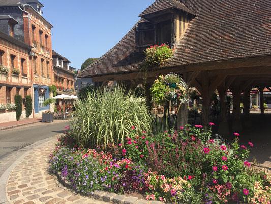 Lyons-La-Forêt ist nicht nur eines der schönsten Dörfer Frankreichs, sondern darf sich mit vier Blumen schmücken. Foto: Villes et Villages Fleuris.