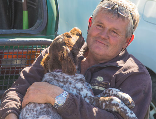 Dieser Jäger hat noch einen Junghund übrig und versucht ihn, auf dem Markt zu verkaufen.