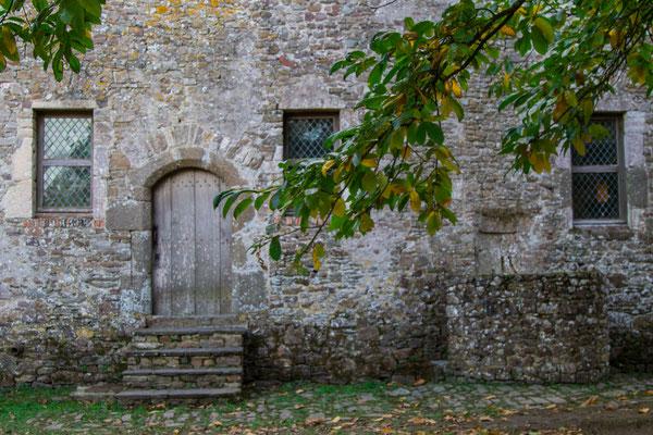 Wildromantisch ist der Innenhof des Château Fort de Pirou.
