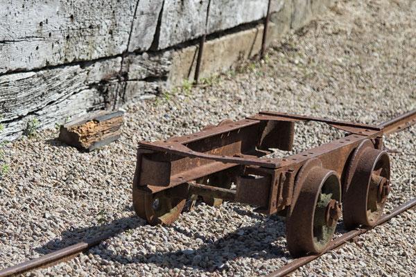 Mit den Loren wurde in der Batterie de Crisbecq die Munition aus den Lagern  zu den Geschützen gefahren.