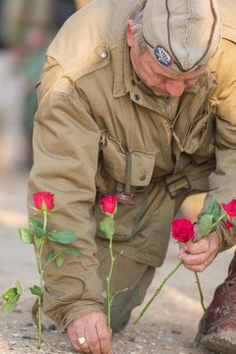 Es werden Blumen für die Gefallenen gesteckt.