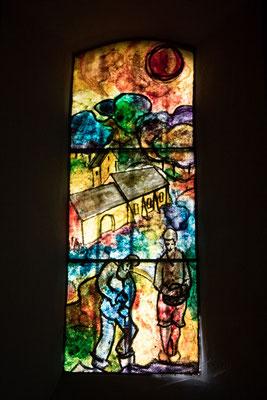 Eines der neu gestateten Fenster der Kapelle
