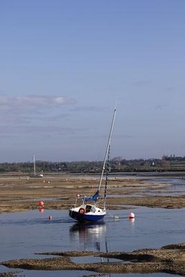 Bei Ebbe liegen die Schiffe im Havre von Regnéville-sur-Mer auf dem Trockenen