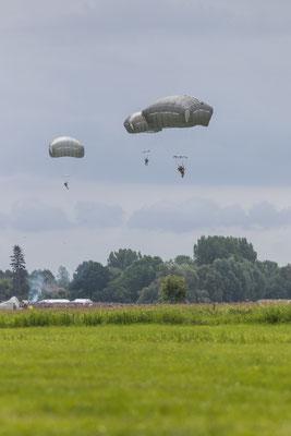 Fallschirmabsprünge zum 75. Jubiläum des D-Day in La Fiere in der Normandie.