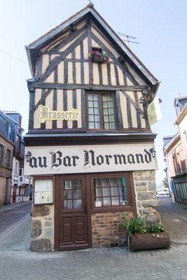 Kleine Bar gehgenüber der Kirche in Domfront.