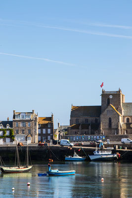 Hafen von Barfleur mit Blick auf die Kirche St.-Nicolas