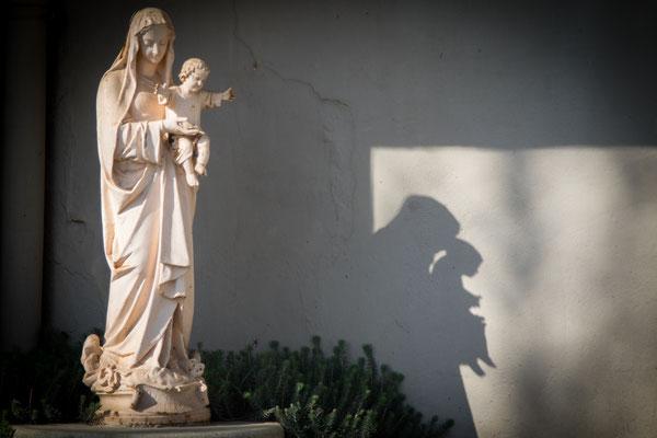 Die Marienverehrung gehört zu den Merkmalen des Trappistenordens – so lassen sich entsprechende Figuren auch an Wirtschaftsgebäuden finden.