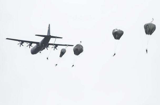 Fallschirmabsprünge von über 1.000 Akteuren aller Nationen.